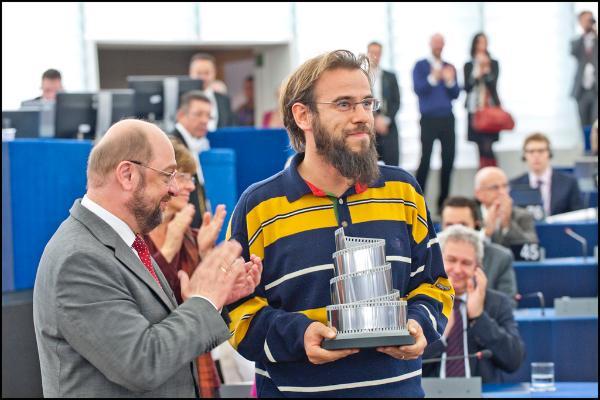 Martin Schulz átadja a díjat Andrea Segrének