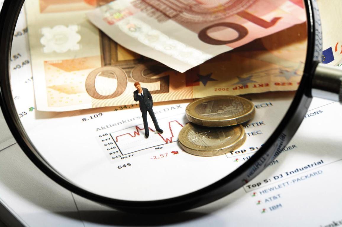 Magnifying glass, Euros and figurine © BELGA_WESTEND61
