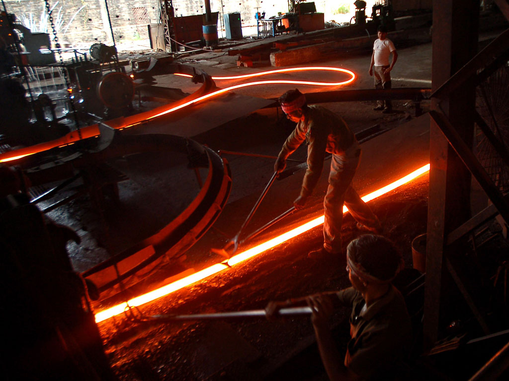 Labourers at work in a steel factory ©Belga/AFP
