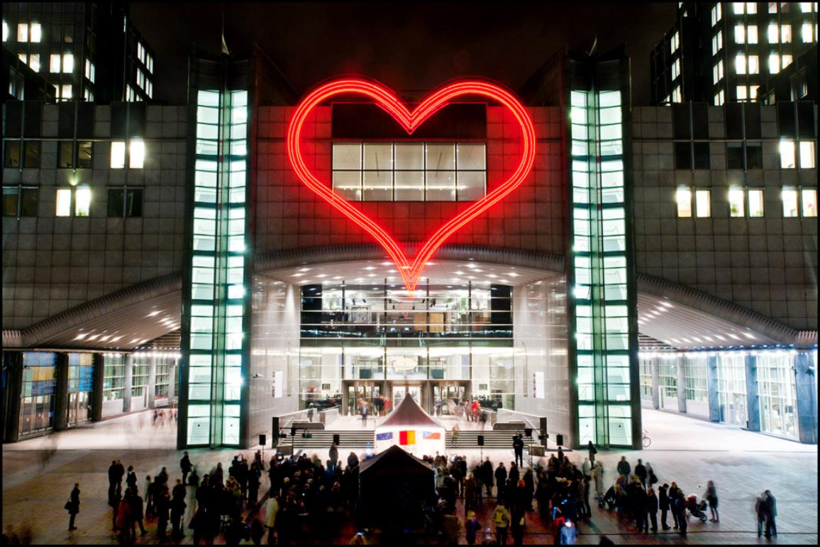 Neonové srdce nad vchodem budovy Evropského parlamentu