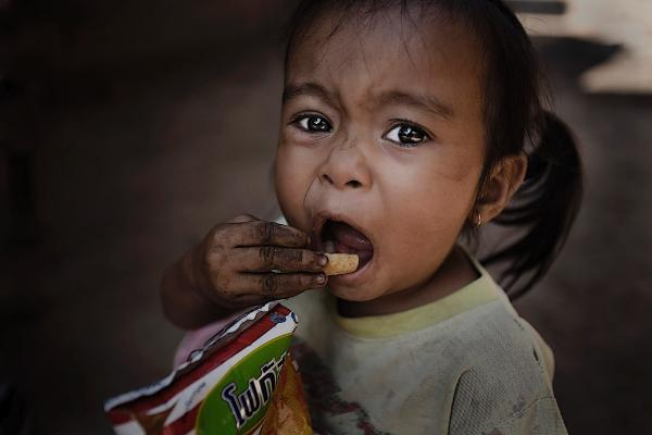 Ein Mädchen Luang Prabang, Laos ist Chips © BELGA/Design Pics/Deddeda
