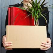 Femme reprenant ses affaires de bureau dans un carton