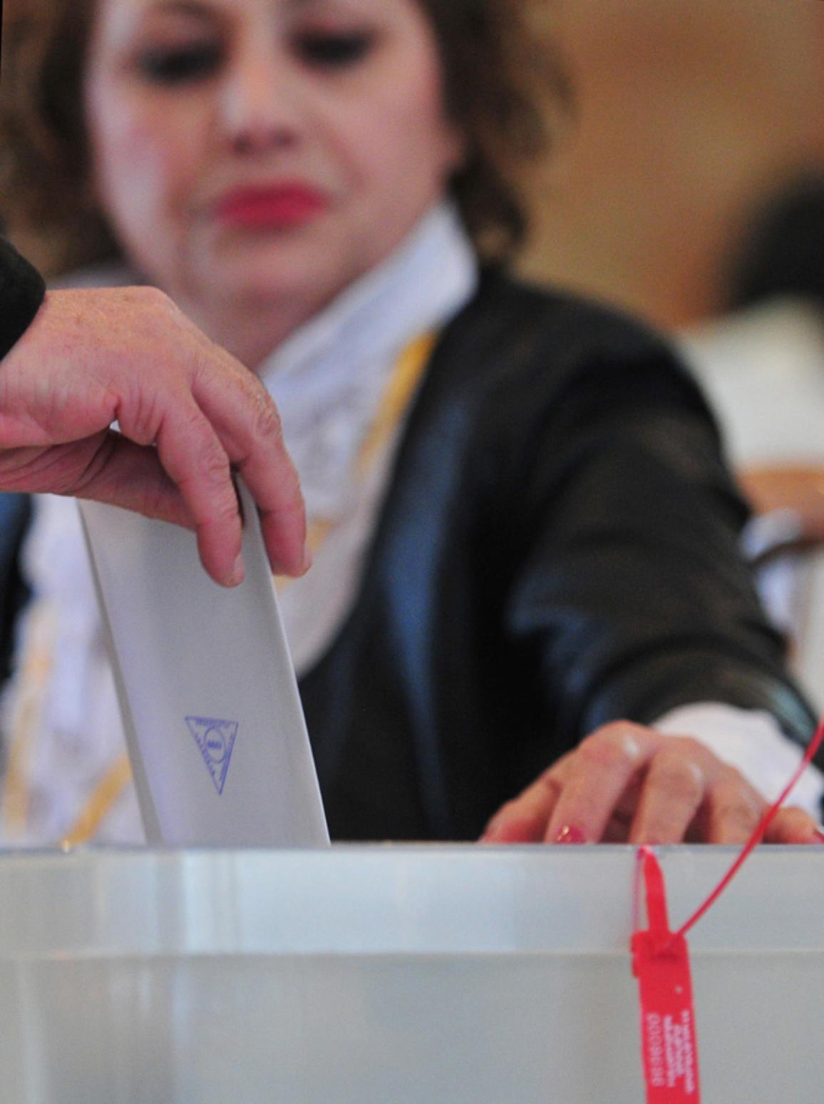Imagen de una mujer presidiendo una mesa electoral. ©Belga/Novosti/A.Kudenko