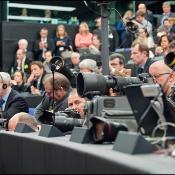 Journalistes et photographes dans la salle de presse du Parlement européen à Strasbourg