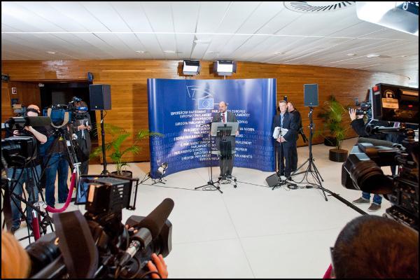 Martin Schulz vor einem blauen EU-Banner umringt von der Presse
