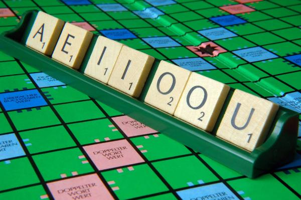 llustratione - Scrabble game tiles with the vowels A, E, I, O, U lie on a scrabble rack © BELGA_Berliner Verlag_S.Steinach