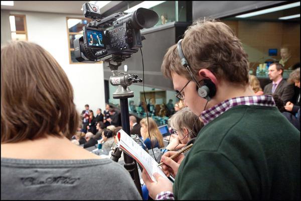 Journalistes au travail dans l'hémicycle