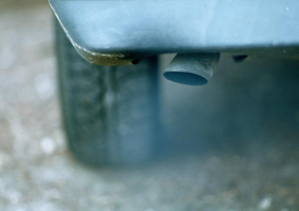 Bild av bils avgasrör illustrerar utsläppsregler ©BELGA/J.Hardy/Maxppp