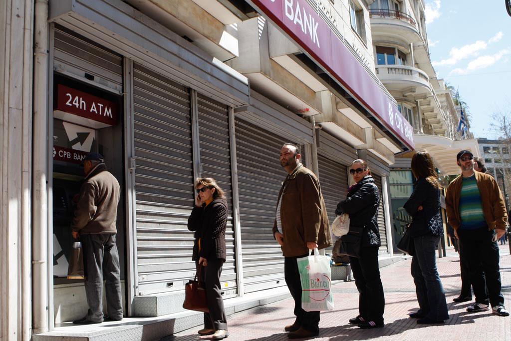 oameni în fața unui bancomat ©Belga/Zumapress/A.Vafeiadakis