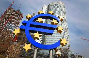 Euro logo in front of the European Central bank
