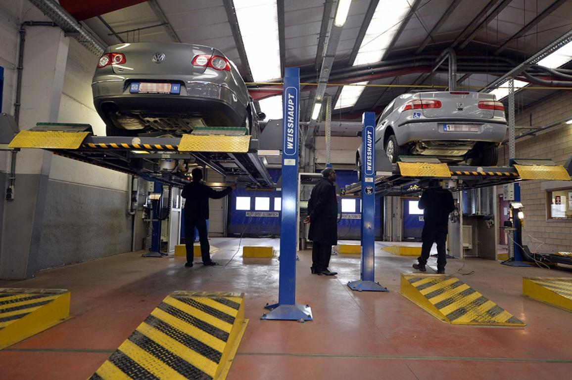 Dos vehículos sometidos a los controles de la inspección técnica