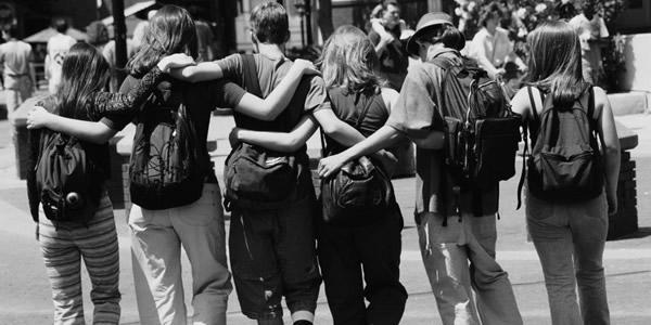 Des étudiants qui se tiennent par les épaules