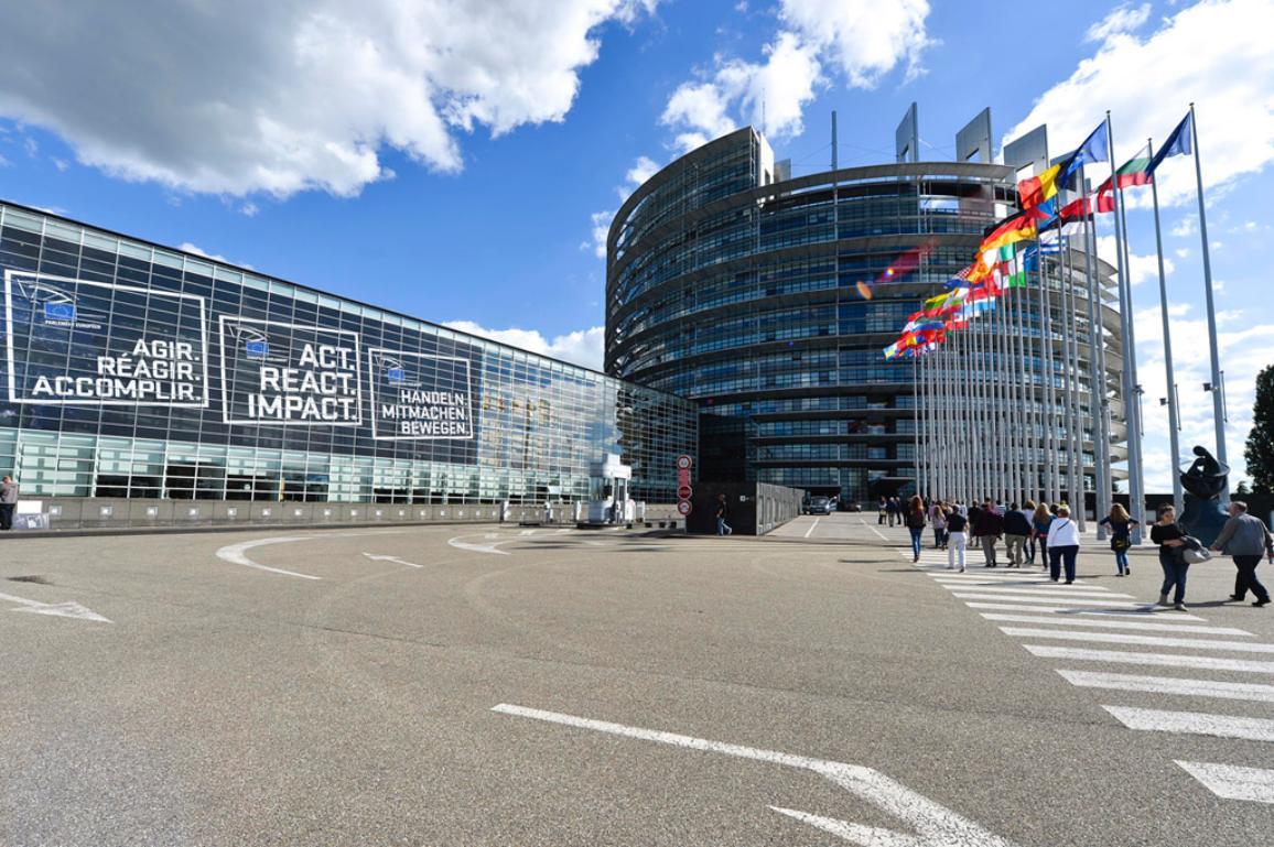 JEDNAT. OVLIVŇOVAT. ROZHODOVAT. Bannery informační kampaně pro volby do EP 2014.