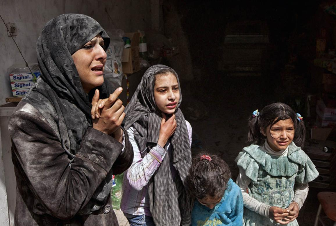 Survivors of an air strike in Aleppo by government forces on April 7, 2013. © BELGA/AFP/V.BREINER