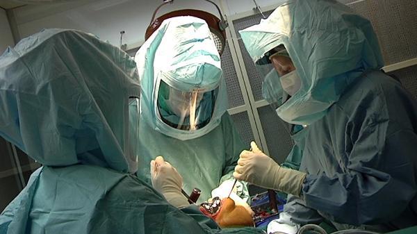 Mediziner während einer Operation