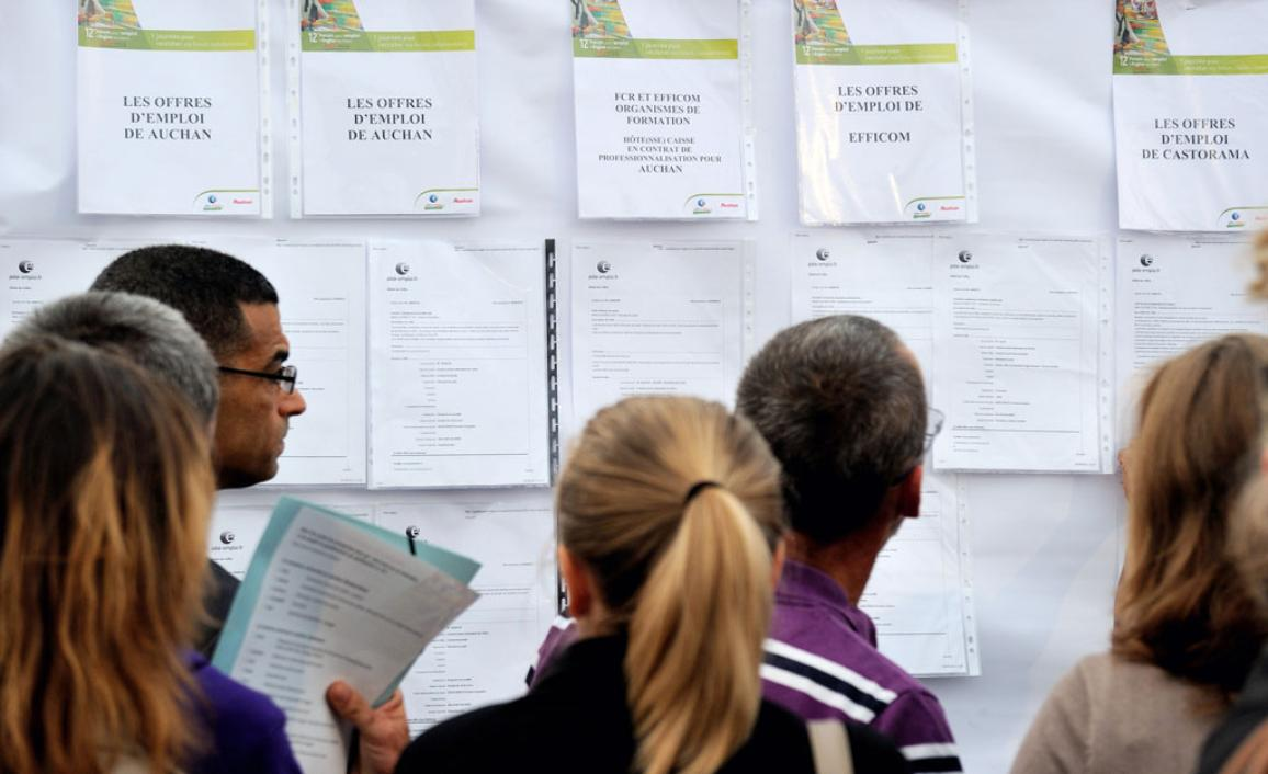 Unemployed people read about employment opportunities at a job forum in Englos, 7 kms from Lille, on September 6, 2013 ©BELGA/AFP/P.HUGUEN