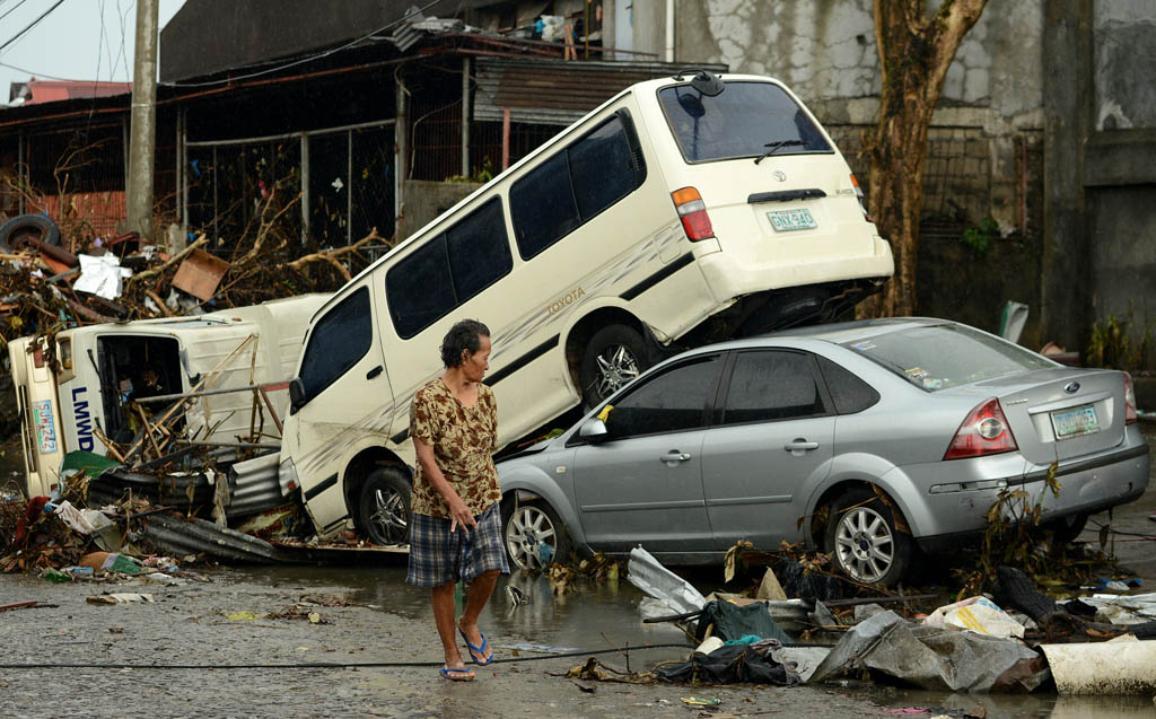 Carros empilhados nas ruas das Filipinas