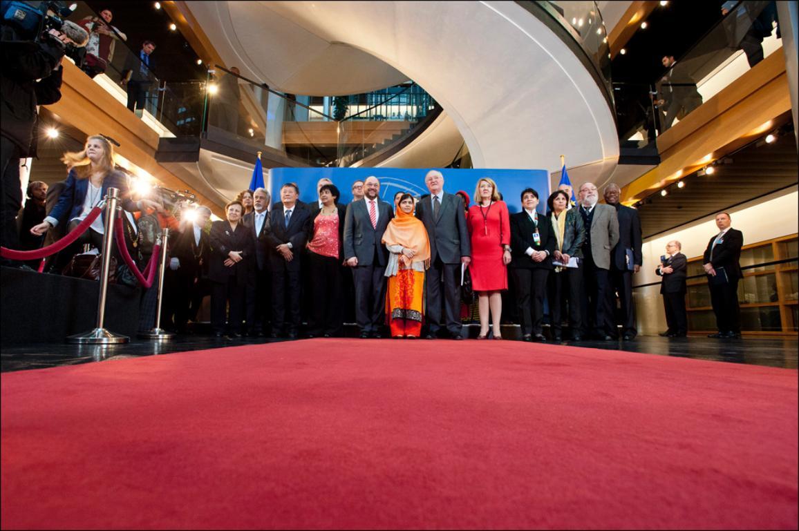 Photo de Malala Yousafzaï, entourée d'autres lauréats du Prix Sakharov lors de la remise de son prix