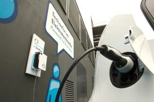 Charging cable is plugged in an electric car ©BELGA_DPA_S. Kahnert