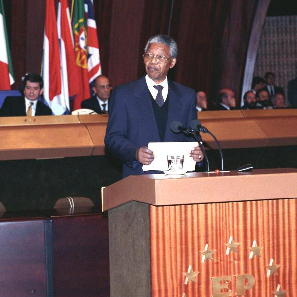Nelson Mandela en el Parlamento Europeo en el año 1990