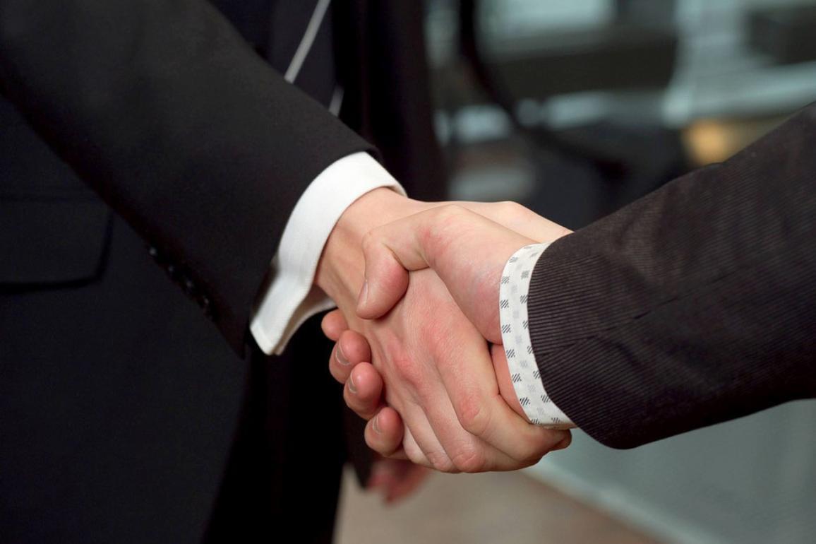 Photo de deux hommes se serrant la main