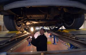 Illustration picture shows a technical car inspection session in Brussels.©BELGA/E.Lalmand