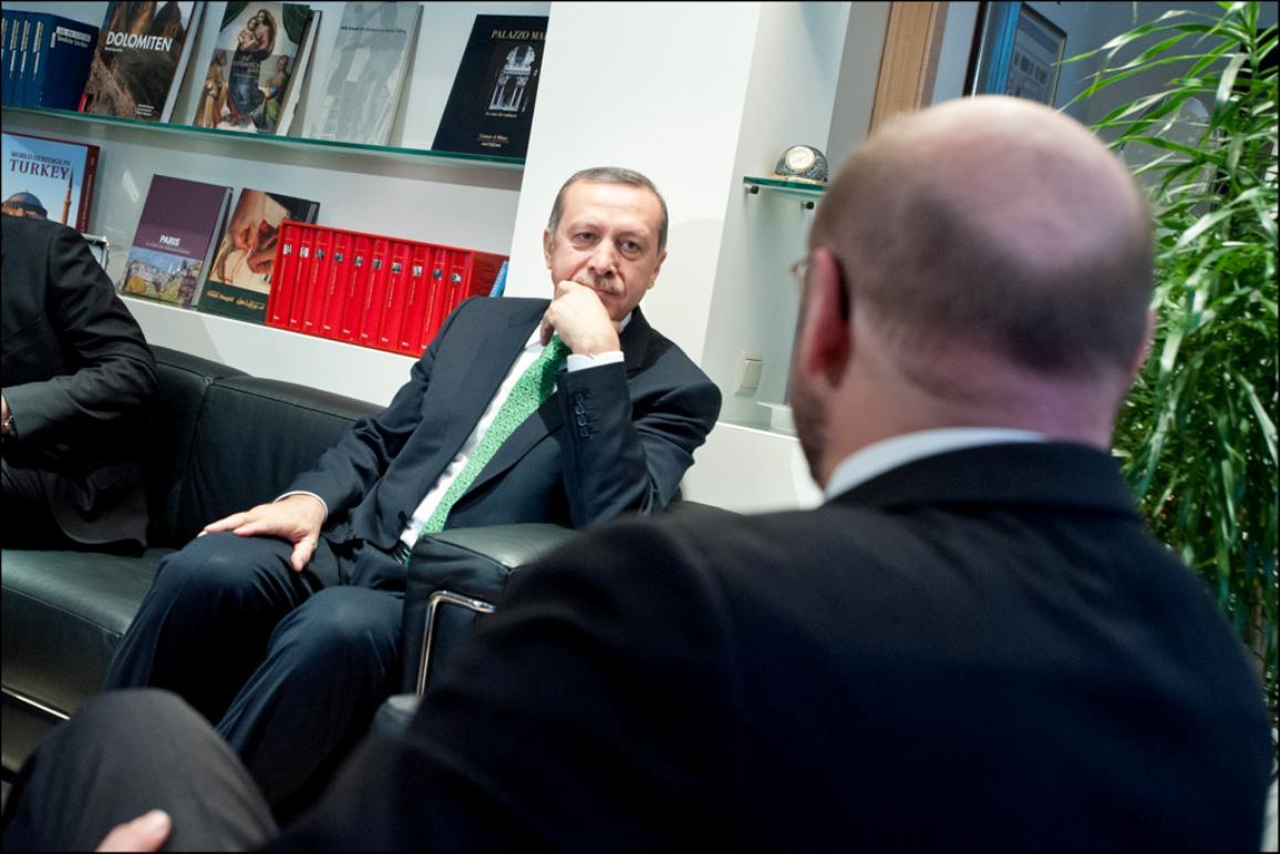 zwei Männer in schwarzen Anzügen in einem Büro