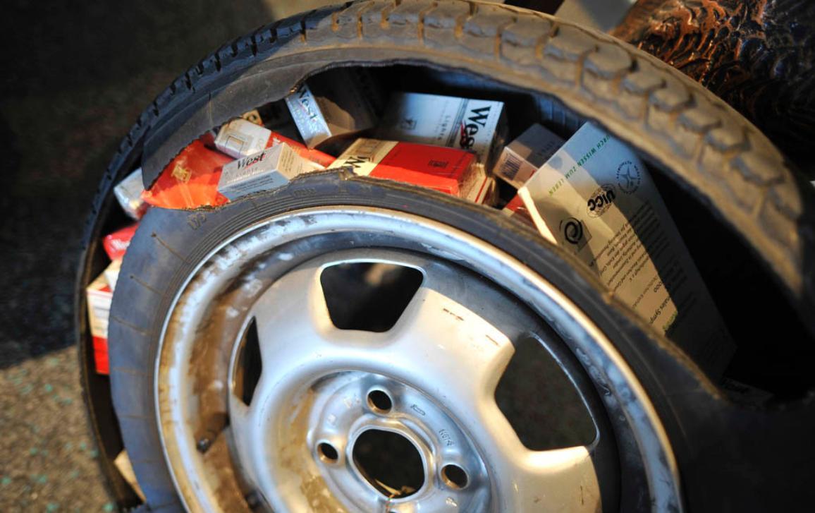 pašované cigarety v rozřezané pneumatice