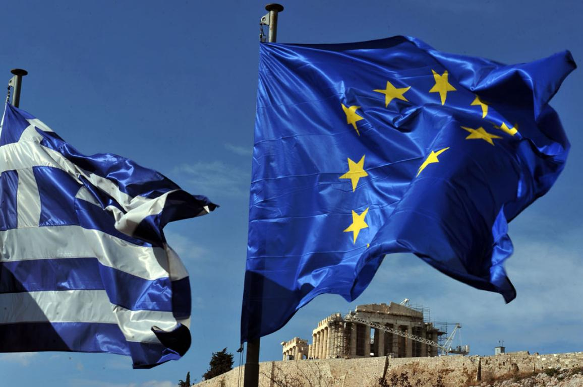 Greek and European union flags flutters in front of the Acropolis in Athens ©BELGA/AFP/L.Gouliamaki