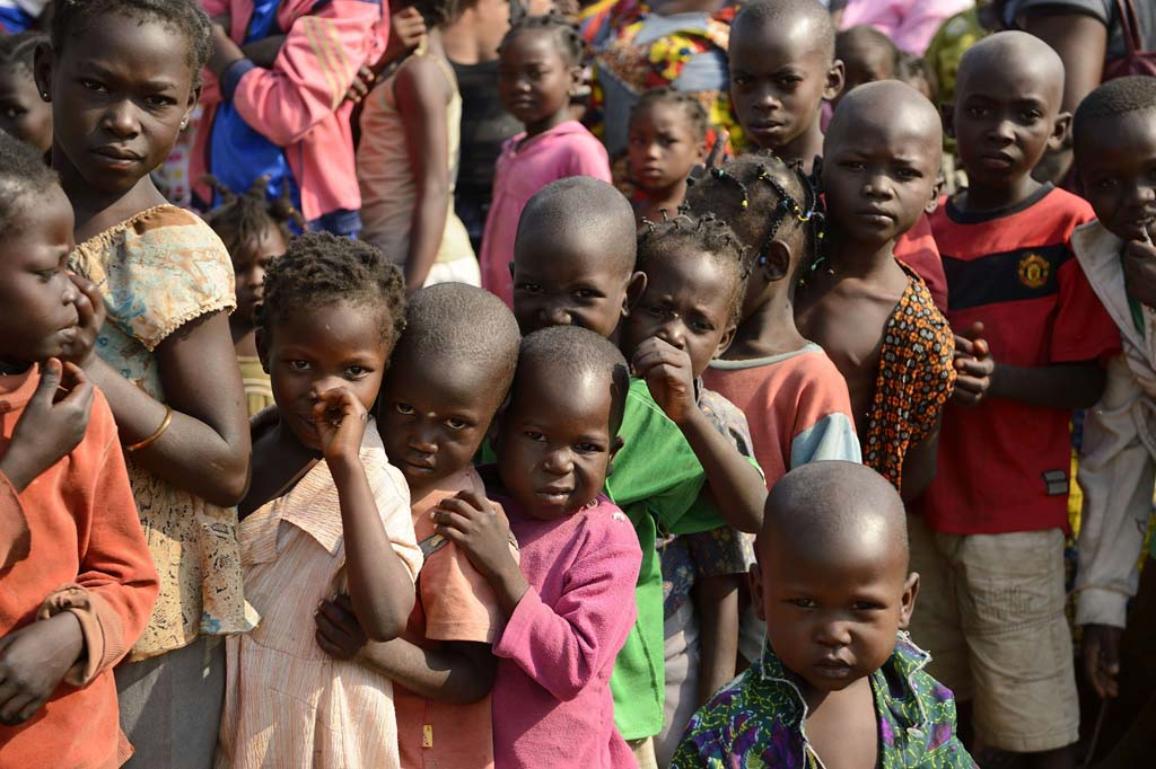 Photo d'enfants africains attendant d'être vaccinés par des docteurs de MSF