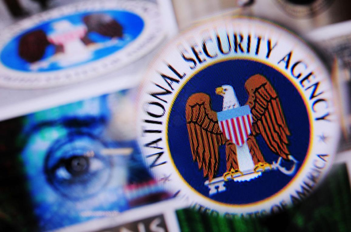 logo da NSA sob uma lente ©BELGA/DPA/N.Armer