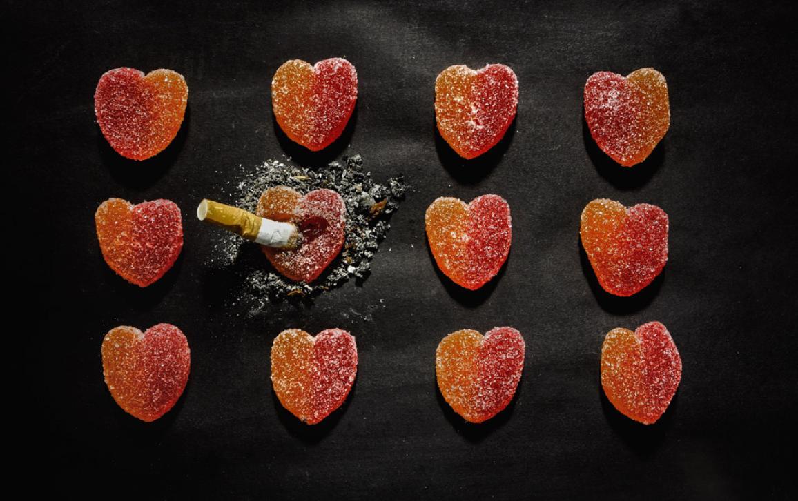 cigareta típnutá v želatinovém bonbonu ve tvaru srdce