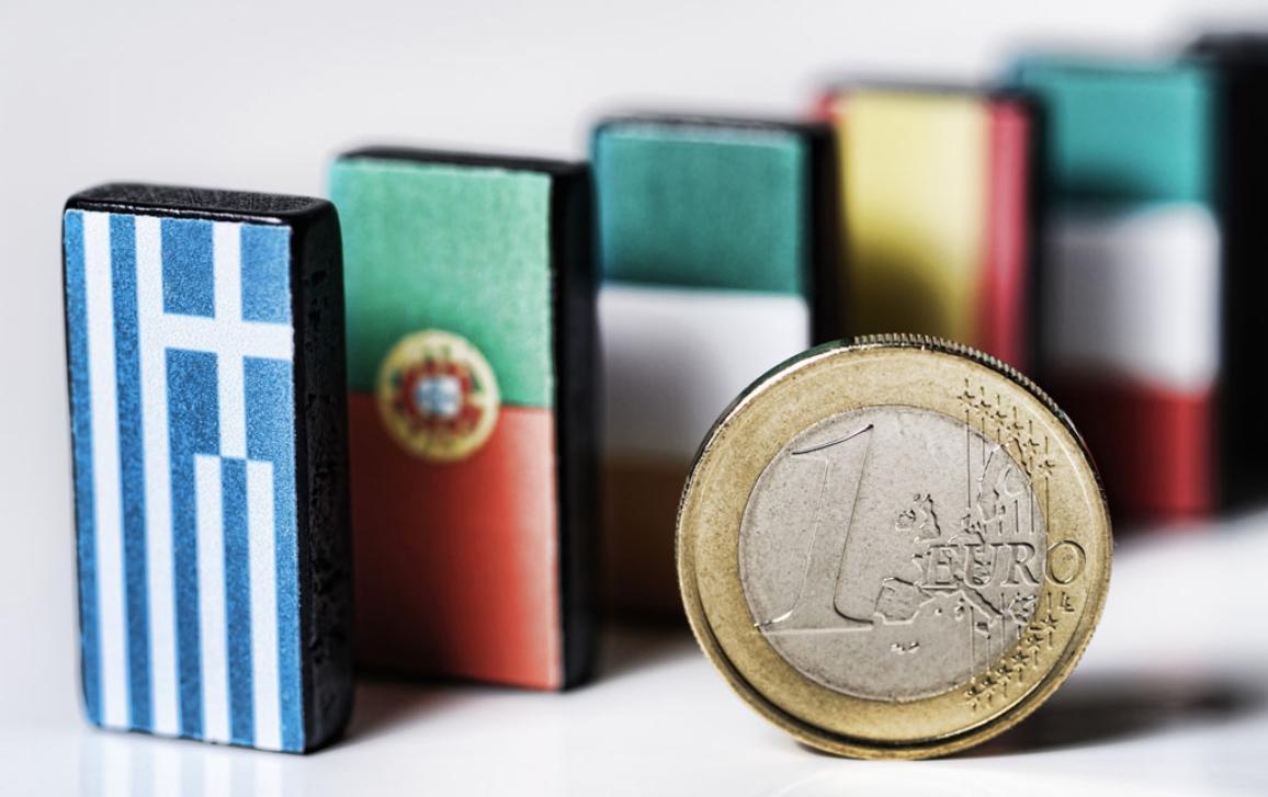 Domino com as bandeiras dos países em dificuldades na europa