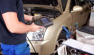 A mechanic with diagnostic equipment operating a technical control on a car ©BELGA/EASYFOTOSTOCK