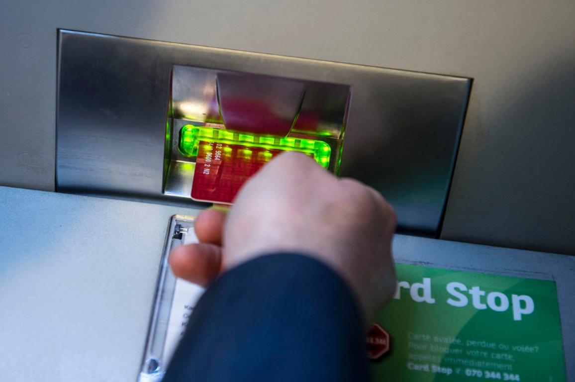 A man withdraws money at a cash point ATM ©BELGA/Imageglobe/J.Hamers