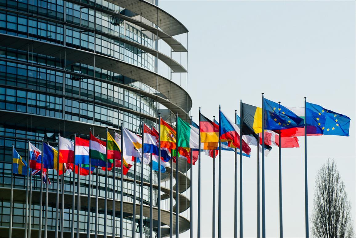 Flaggen vor dem Europaparlament in Straßburg