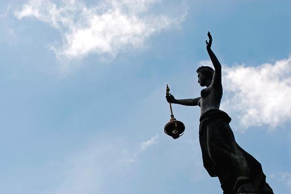 Photo de la statue de l'énergie, dans le centre de Vilnius en Lituanie