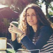 Meitene ar kafijas tasi rokās