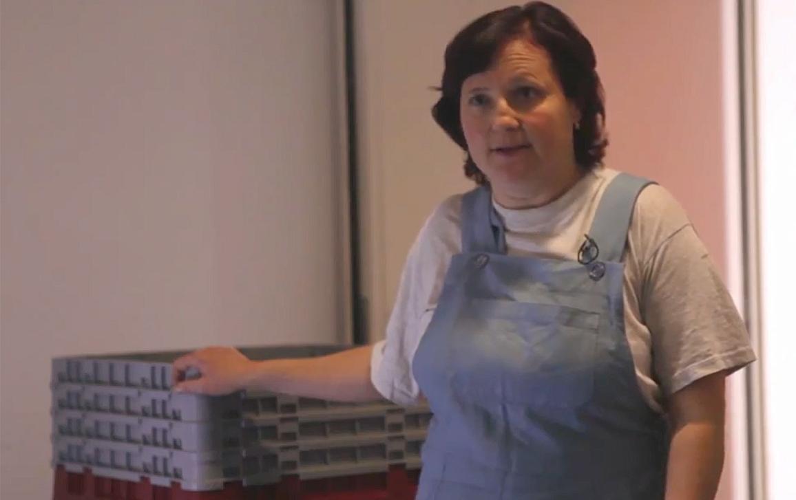 Magdaléna arbeitet in einer Fabrik in der Slowakei