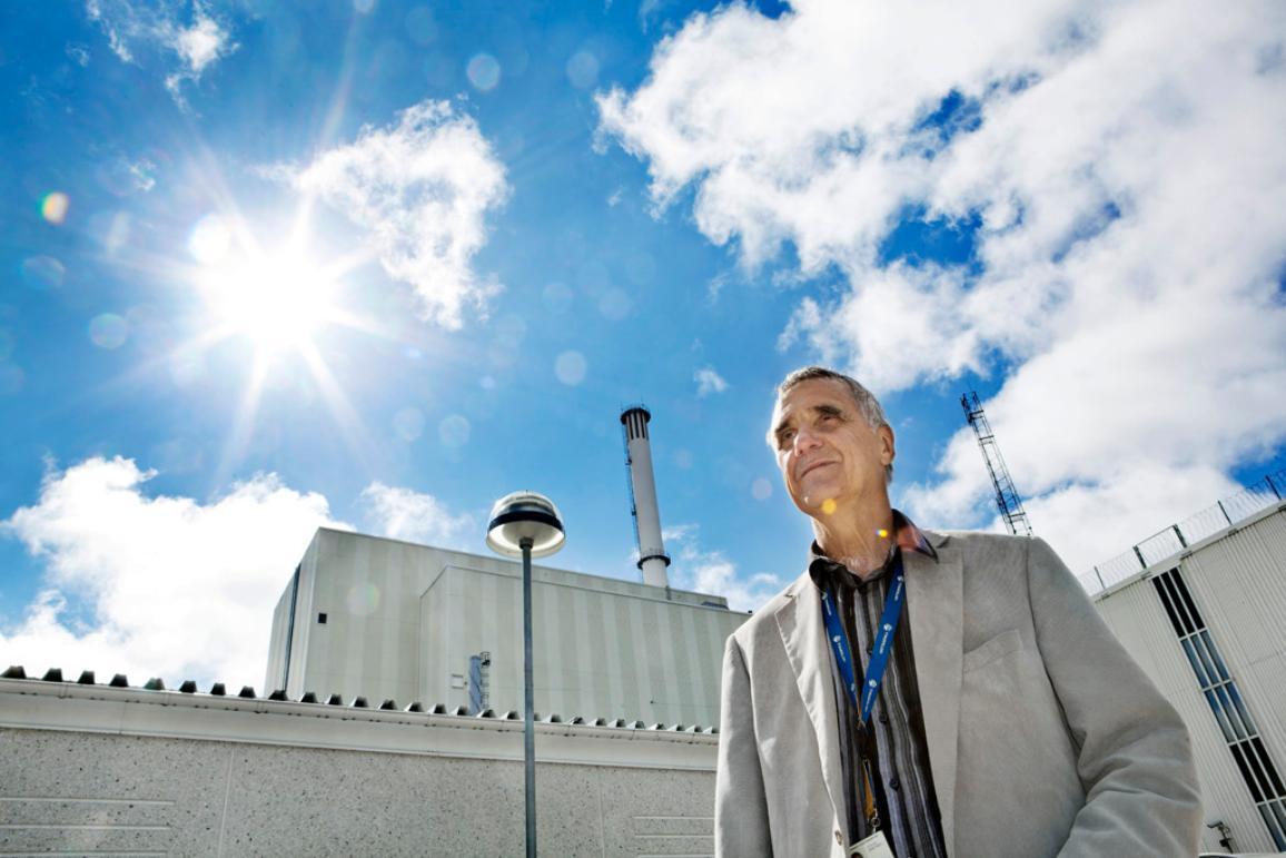 Photo de Claes-Göran Runermark posant devant la centrale nucléaire de Forsmark