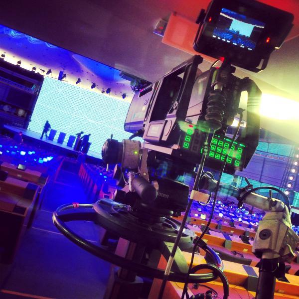 Photo d'une caméra devant la scène où se déroulera le débat Eurovision le 15 mai