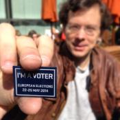 Photo d'un homme tenant le badge I'm a voter