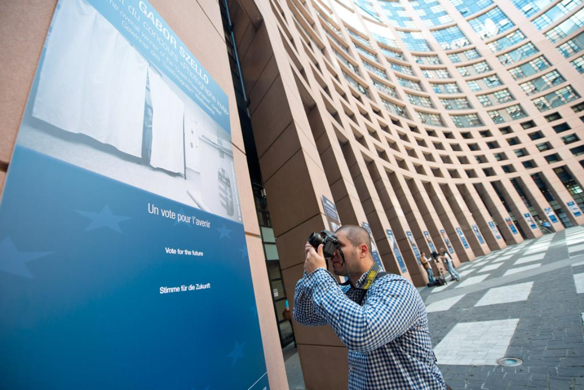 Un photographe capturant une affiche au Parlement européen