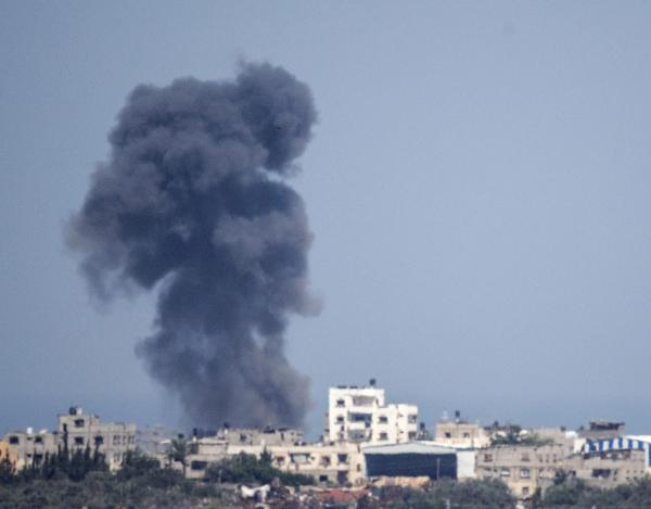 A picture taken from the Israeli Gaza border shows smoke billowing from the Gaza Strip following an Israeli air strike on July 16, 2014.  ©BELGA/AFP/J.GUEZ