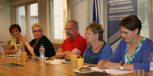 Mepit Jäätteenmäki, Pietikäinen, Torvalds, Jaakonsaari ja Hautala pressikahveilla 18.7.2014