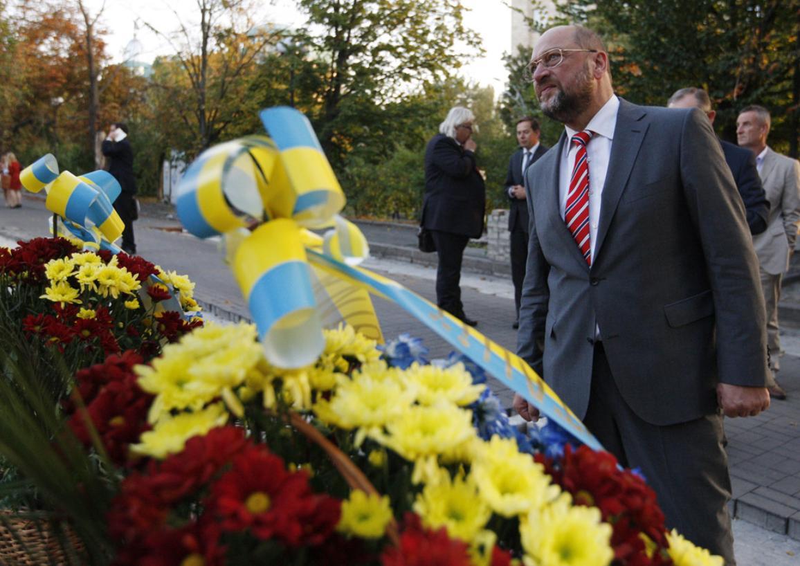 Martin Schulz à Kiev devant une couronne de fleurs