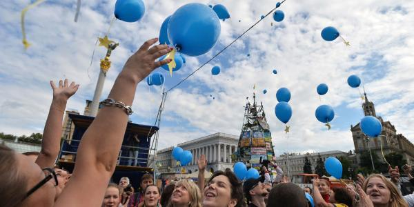 Ukrainians release balloons at the Maidan square in Kiev