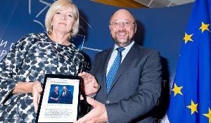 EU ombudsman Emily O'Reilly handing over her annual report to EP President Martin Schulz