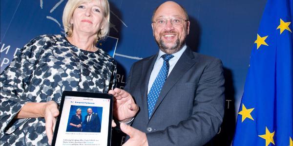 EU ombudsman Emily O'Reilly handing over her annual report to EP President Martin Schulz