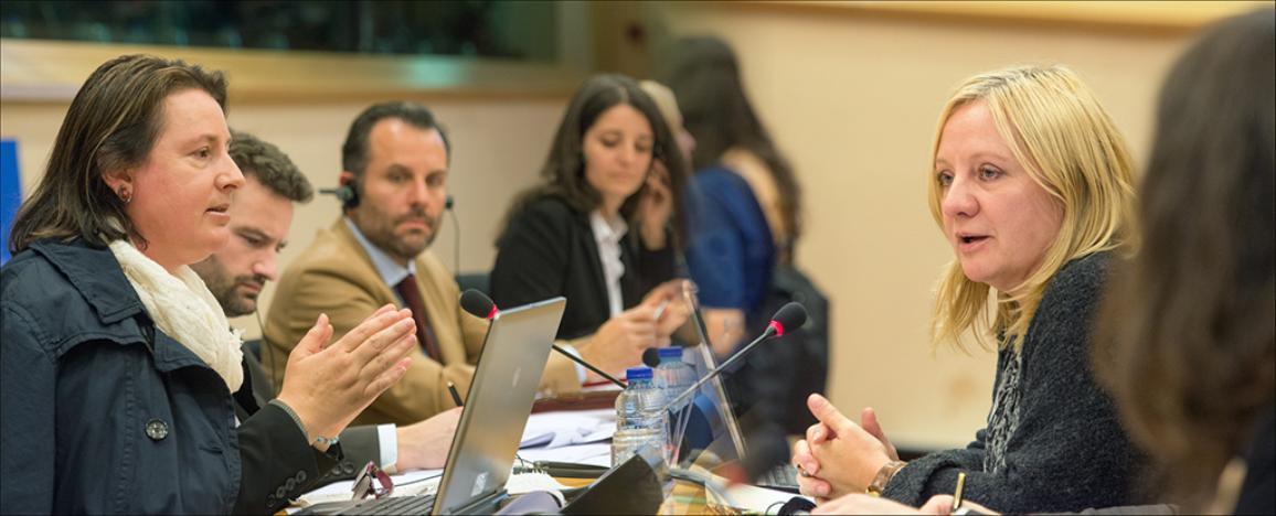 Genoveva Tisheva, a la izquierda, directora gerente de la Fundación de Investigación sobre Género en Bulgaria, y Claudia Menne, secretaria de la Confederación de Sindicatos Europeos.